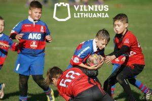 Mitavos komandos žaidėjas su kamuoliu.
