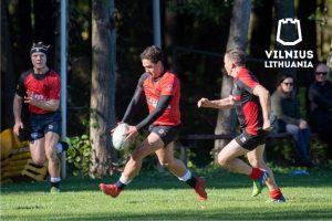 Su kamuoliu atakuoja VRA žaidėjas Benade Renier Lėan